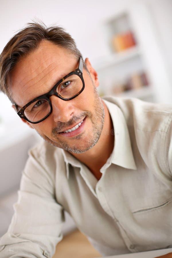 有镜片的英俊的中年人 免版税库存照片