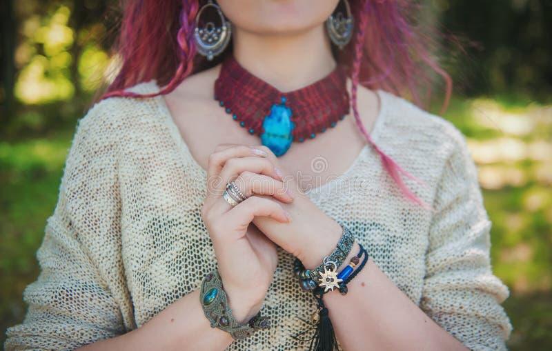 有镯子和项链的时髦的妇女在boho吉普赛人样式 库存照片