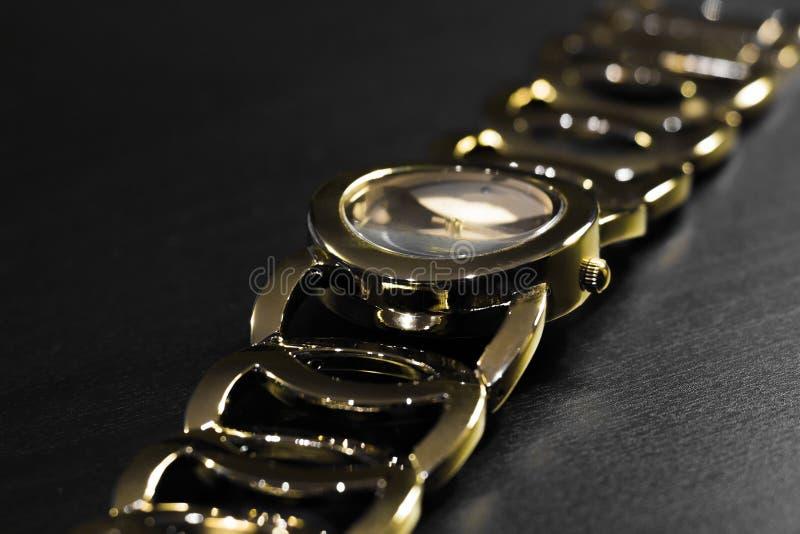有镯子的金黄手表 免版税库存照片