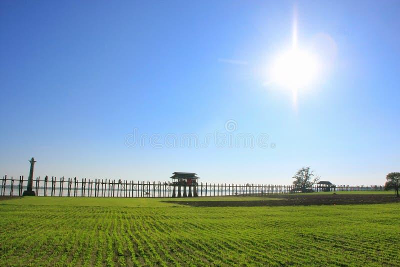 有镶有钻石的旭日形首饰和蓝天的, Amarapura,缅甸U Bein桥梁 免版税库存图片