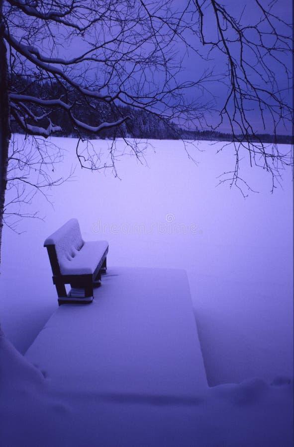 有长凳的船坞在冬天海滩中部  库存图片
