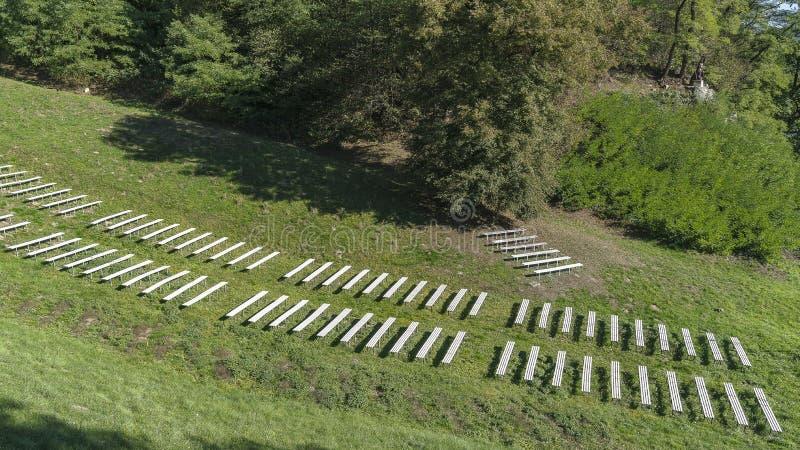有长凳的草甸 免版税库存照片