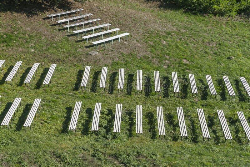 有长凳的草甸 图库摄影