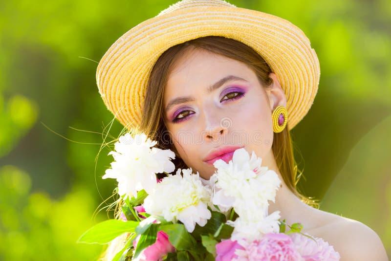 有长发的夏天女孩 面孔和skincare 旅行在夏天 概念绿色春天妇女黄色 春天和假期 自然的秀丽 免版税库存图片