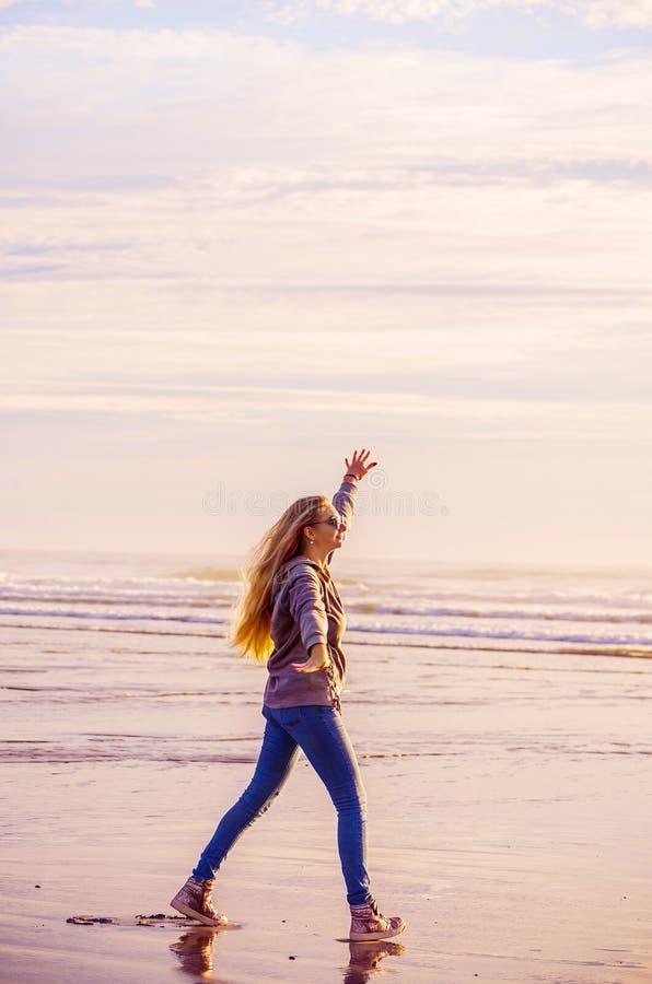 有长发的女孩在海洋 轻的照片 免版税图库摄影
