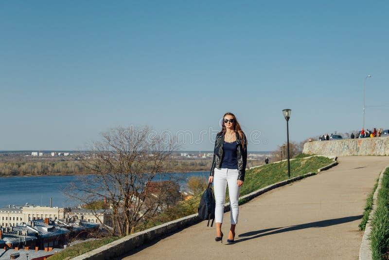 有长发的年轻美丽的时髦的妇女,穿皮夹克 免版税库存图片