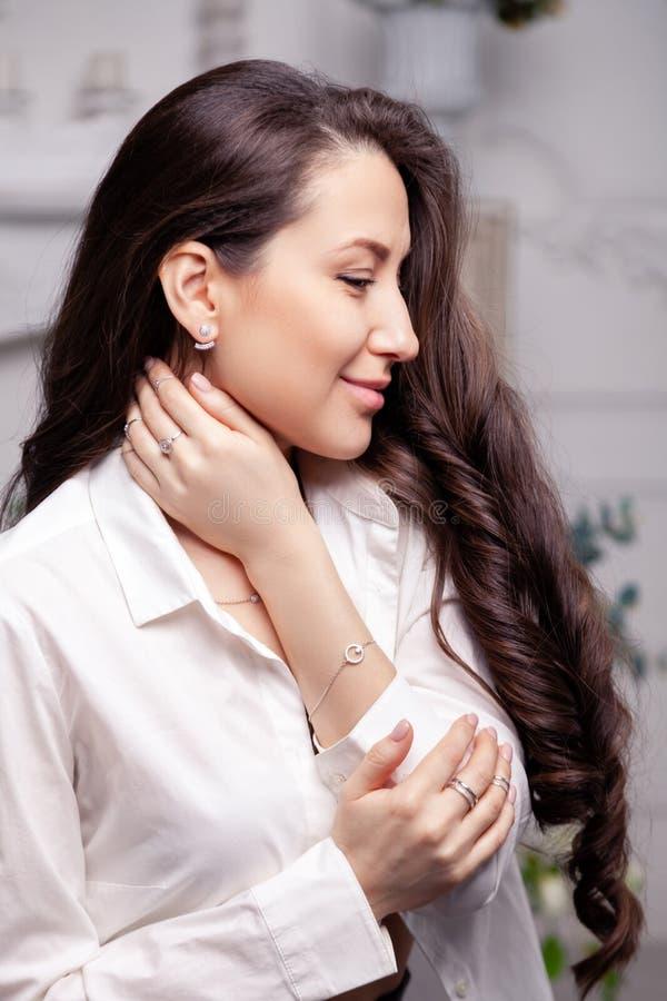 有长发的特写镜头美丽的深色的女孩在银色首饰耳环,圆环,镯子,链子,项链 Ð ¡ oncept射击 免版税库存图片