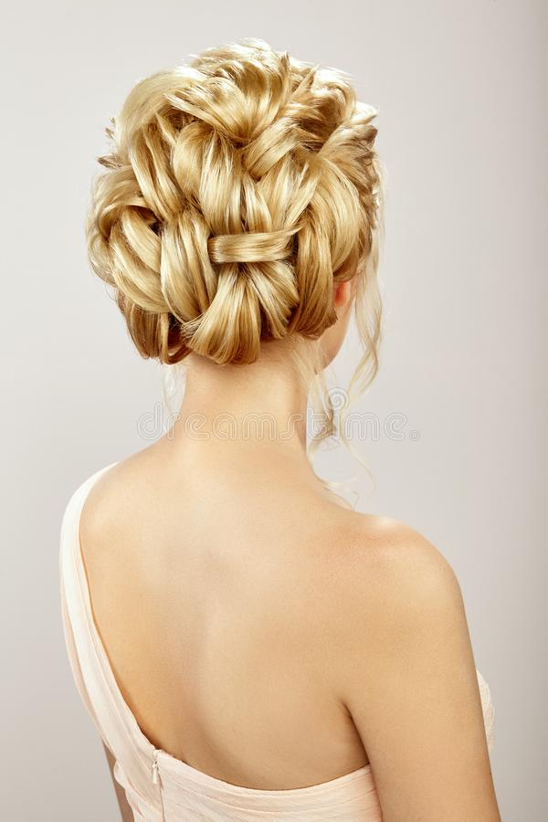 有长和发光的卷发的白肤金发的女孩 库存图片
