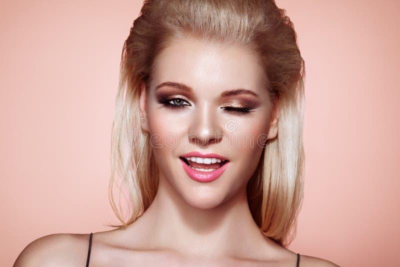 有长和发光的头发的白肤金发的女孩 免版税图库摄影