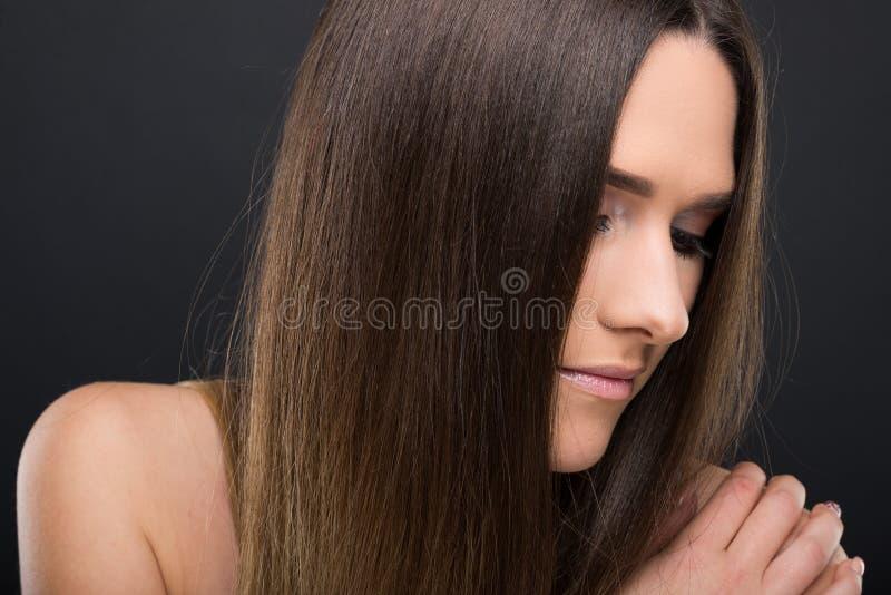 有长和直发的美丽的深色的女孩 库存图片