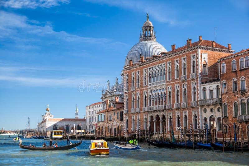 有长平底船和小船的大运河在威尼斯,意大利 库存照片