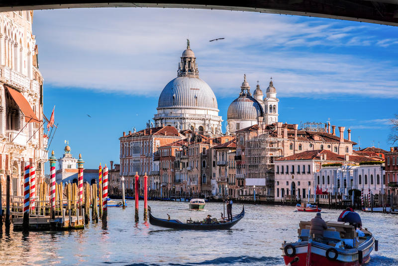 有长平底船的大运河在威尼斯,意大利 免版税库存图片