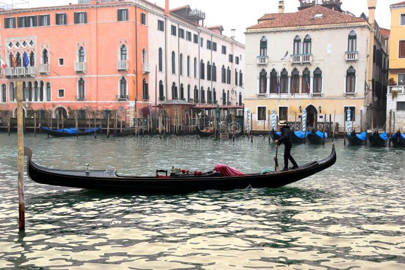 有长平底船的威尼斯在大运河 图库摄影