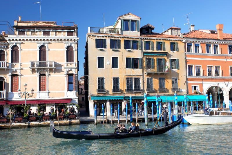 有长平底船的威尼斯在大运河 库存照片