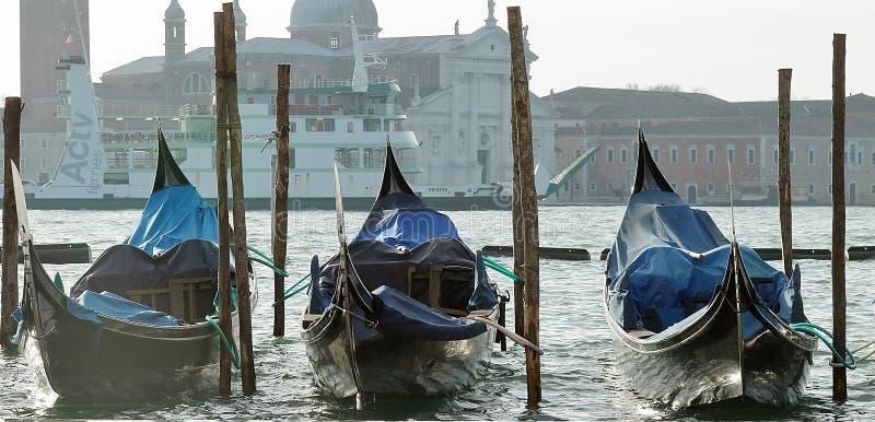 有长平底船的码头在圣马克的广场附近 免版税图库摄影