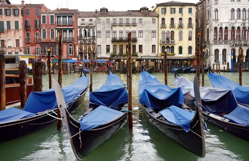 有长平底船的码头在威尼斯,意大利 免版税库存照片