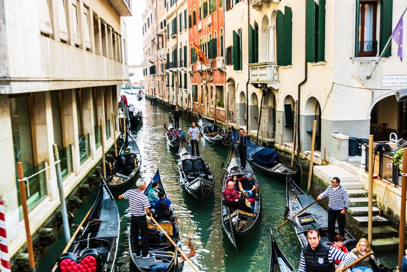 有长平底船的运河在威尼斯,意大利 建筑学、地标和游人在威尼斯 库存图片