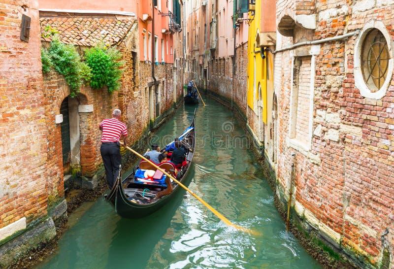 有长平底船的运河在威尼斯,意大利 库存照片