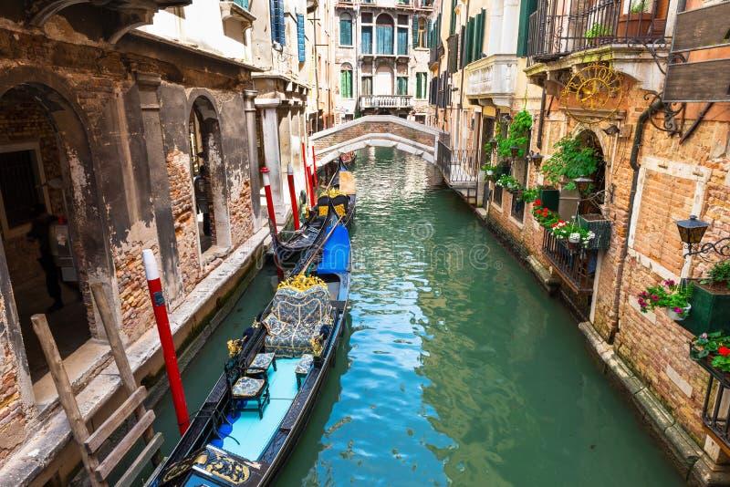 有长平底船的运河在威尼斯 库存图片