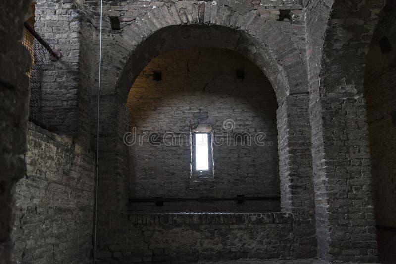 有长方形窗口的黑暗的土窖 免版税库存照片