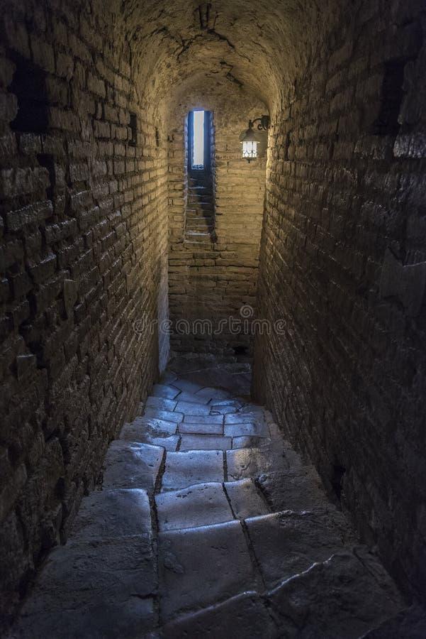 有长方形窗口的黑暗的土窖 免版税库存图片