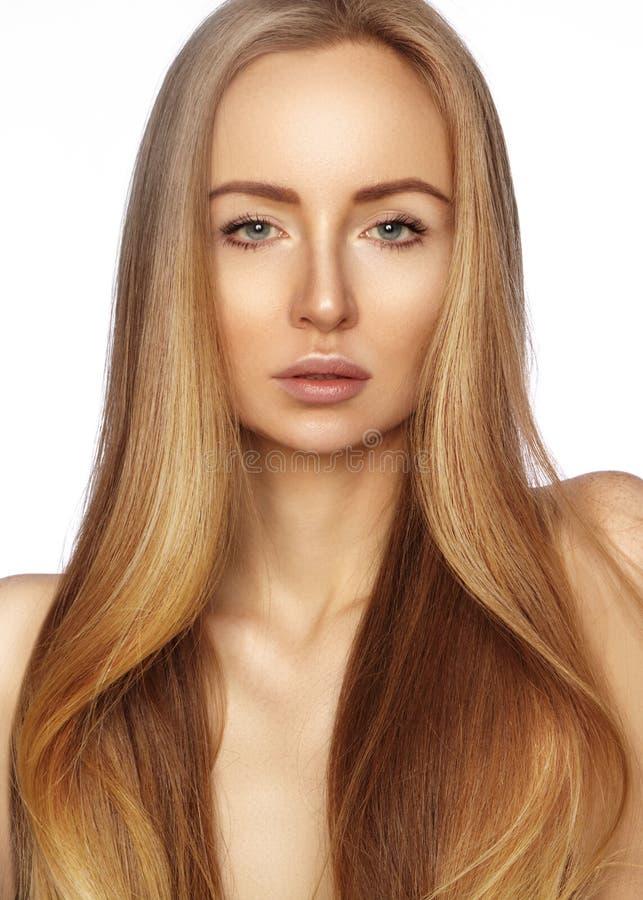 有长期平直的发光的头发的美丽的yong妇女 与光滑的光泽发型的性感的时装模特儿 角质素治疗 免版税库存图片