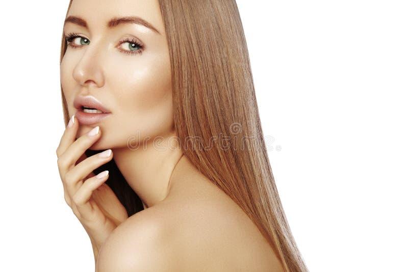 有长期平直的棕色头发的美丽的yong妇女 与光滑的光泽发型的性感的时装模特儿在白色背景 库存照片