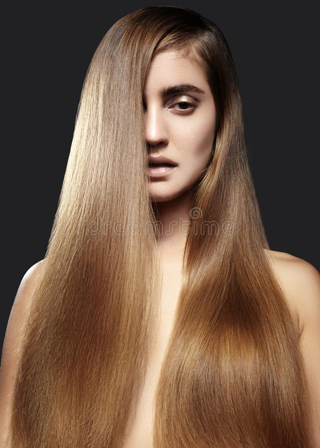 有长期平直的棕色头发的美丽的yong妇女 与光滑的光泽发型的性感的时装模特儿 角质素治疗 库存图片