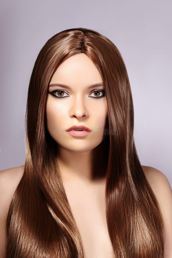 有长期平直的棕色头发的美丽的yong妇女 与光滑的光泽发型的性感的时装模特儿 Keratine治疗 图库摄影