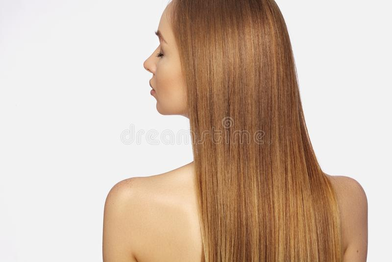 有长期平直的黑暗的金发的美丽的yong妇女 与光滑的光泽发型的时装模特儿 Keratine治疗 免版税库存图片