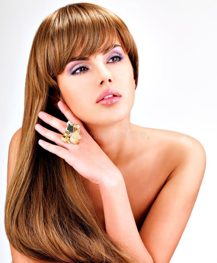 有长期平直的棕色头发的美丽的印地安妇女 库存照片