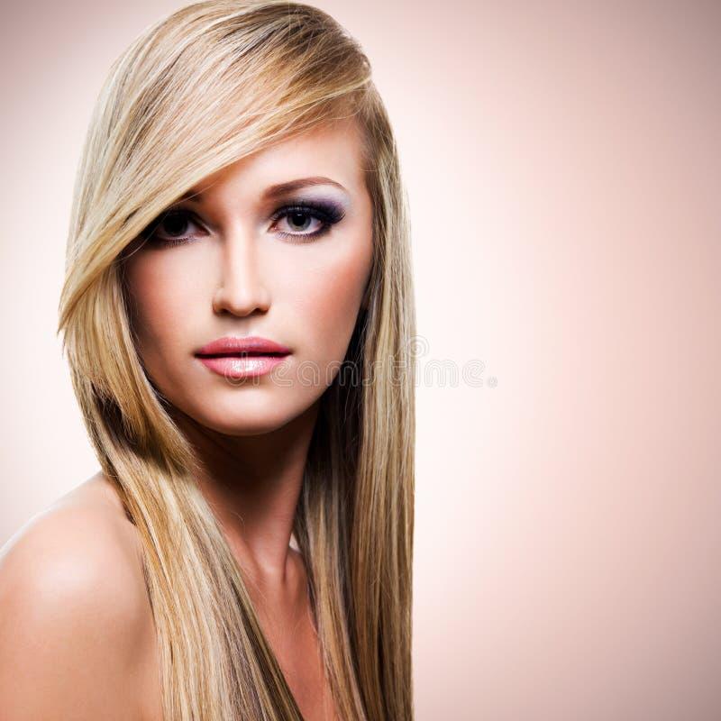 有长期平直的白发的美丽的妇女 图库摄影