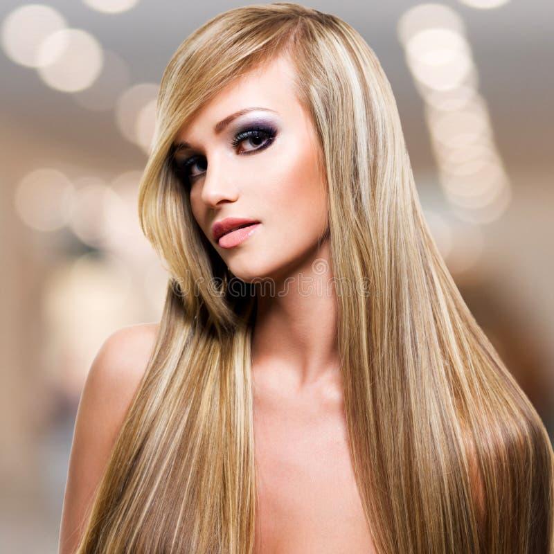 有长期平直的白发的美丽的妇女 库存图片