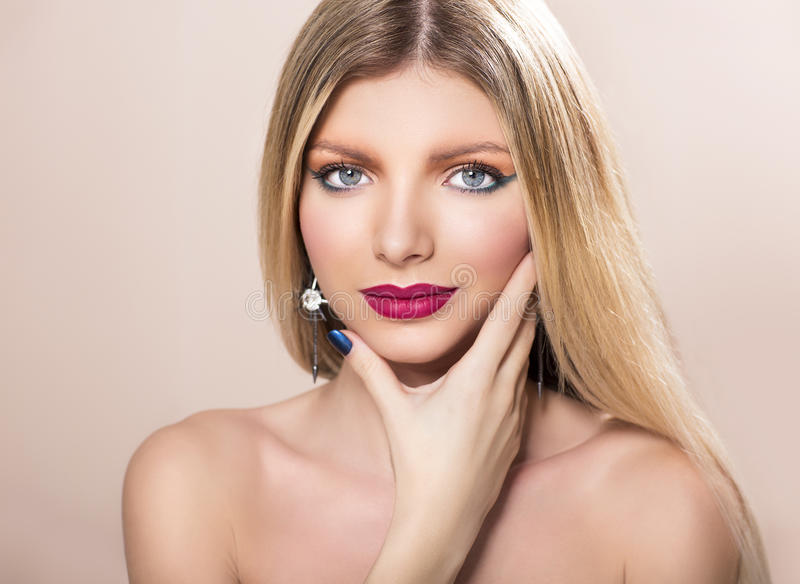 有长期平直的金发的美丽的妇女 免版税库存图片