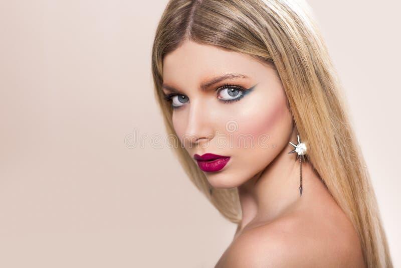 有长期平直的金发的美丽的妇女 免版税图库摄影