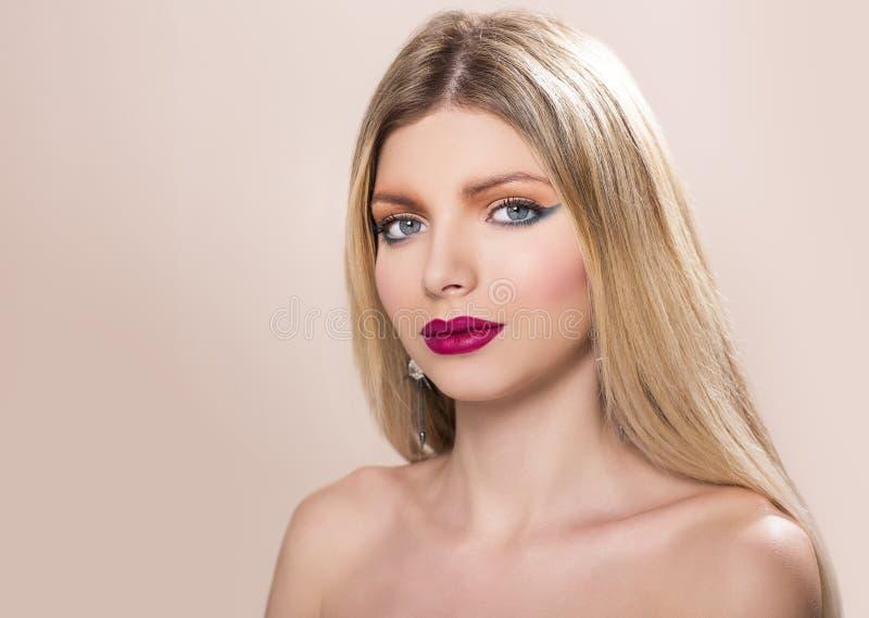有长期平直的金发的美丽的妇女 免版税库存照片