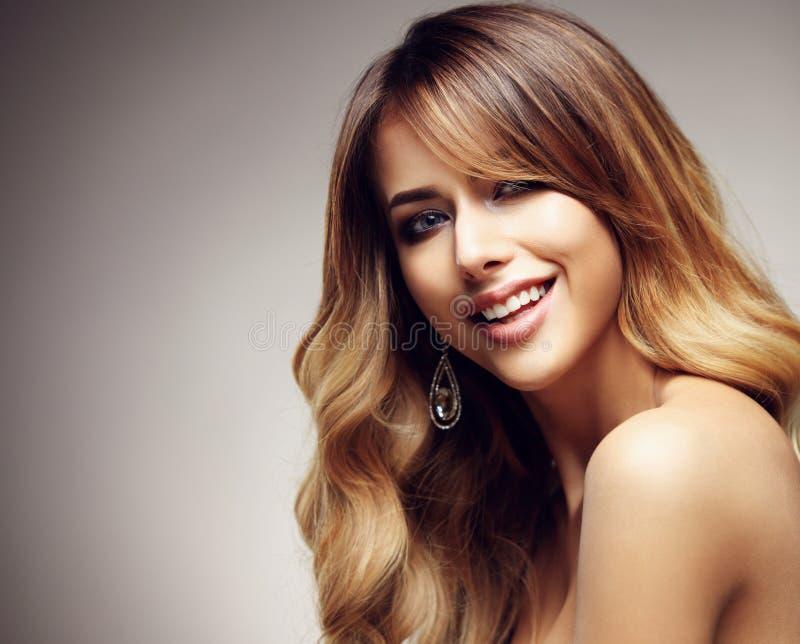 有长期的美丽白肤金发的妇女,健康,直接和发光的头发 库存图片