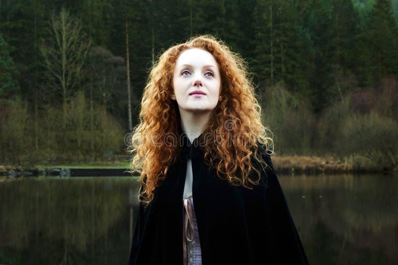 有长期落下的查寻红色的头发美丽的妇女 免版税图库摄影