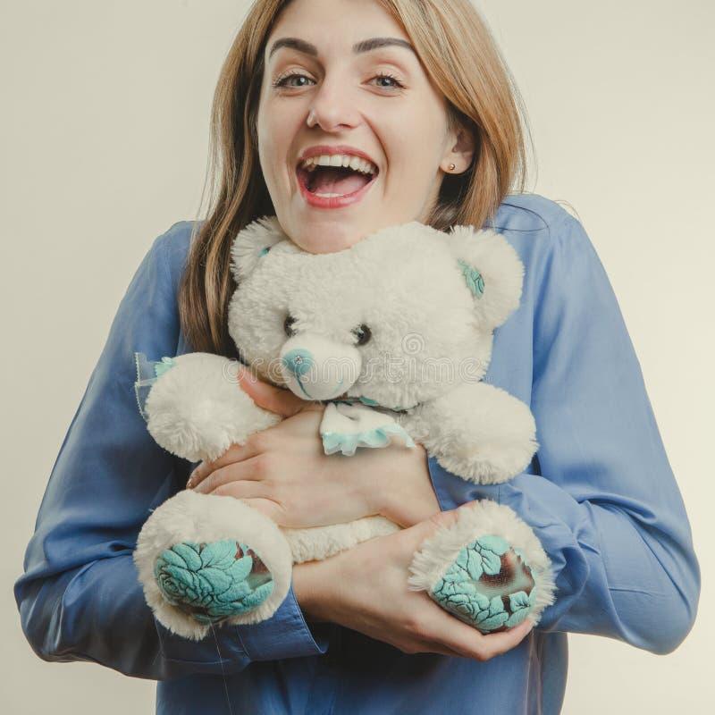 有长毛绒熊的逗人喜爱的成人女孩 免版税库存图片