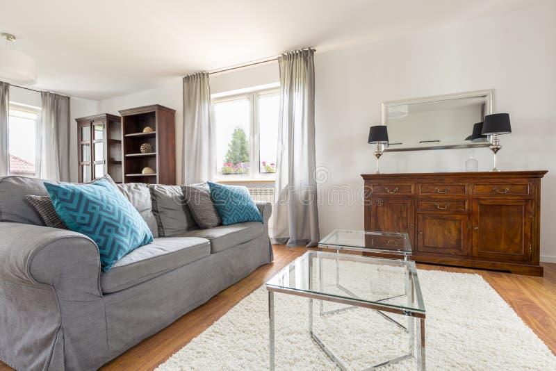 有长沙发的典雅和明亮的客厅 免版税库存图片