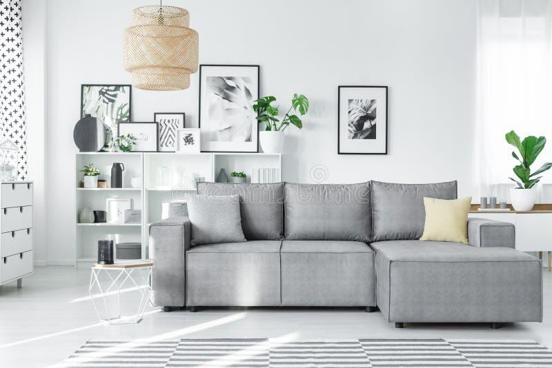 有长沙发的现代演播室 免版税图库摄影