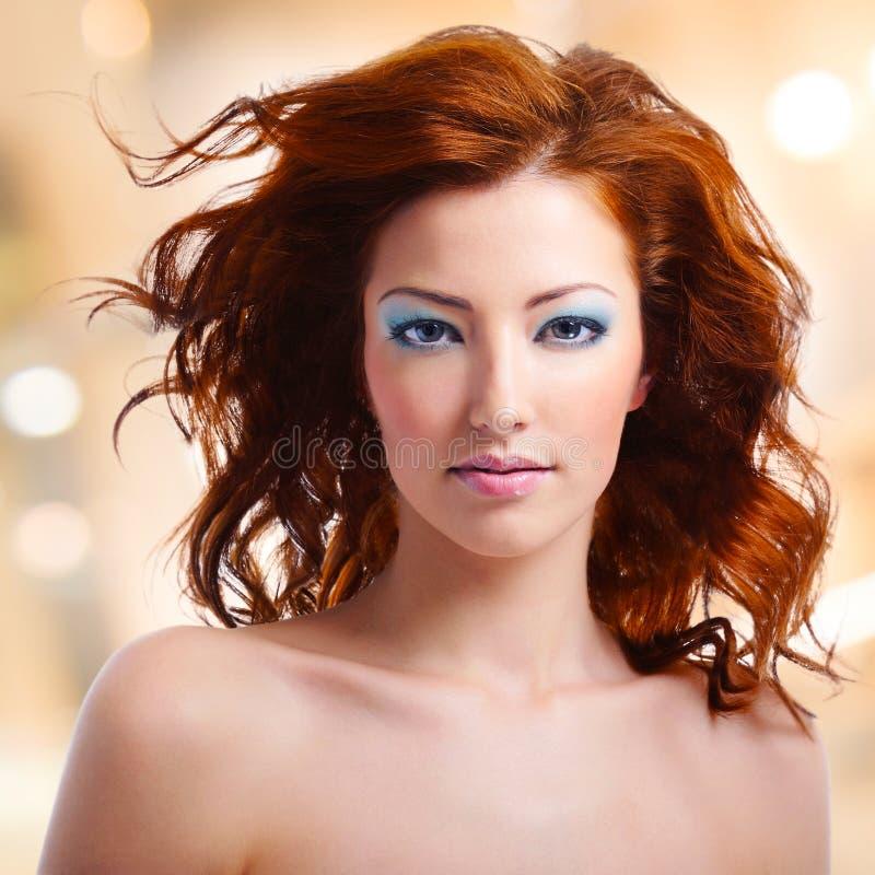 有长的卷发和蓝色构成的妇女 库存照片