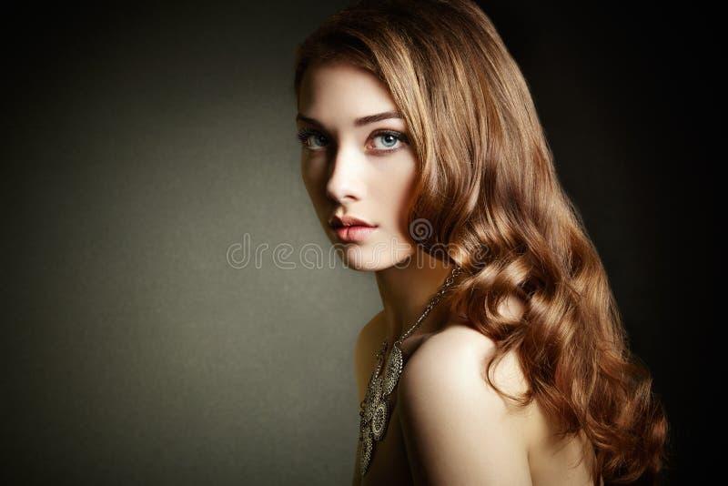 有长的卷发的秀丽妇女 有典雅的h的美丽的女孩 免版税图库摄影