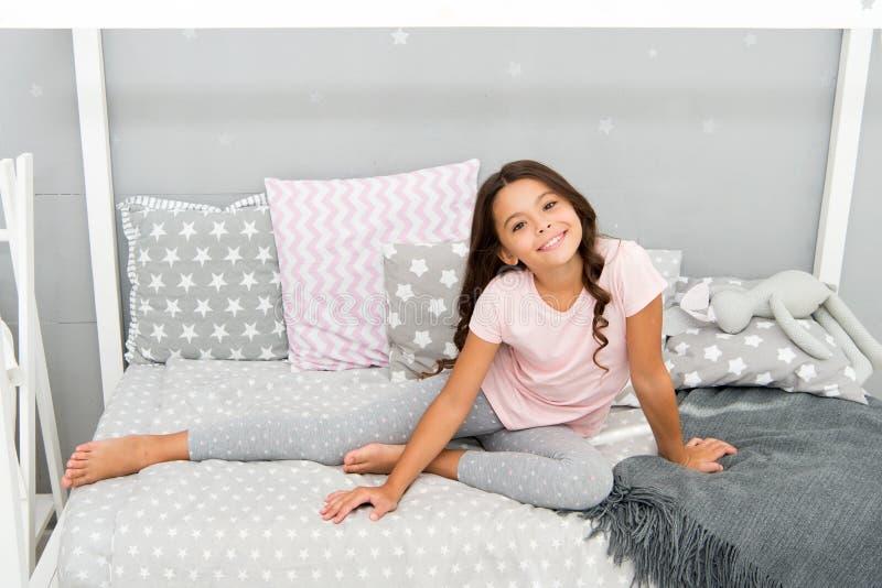 有长的卷发穿戴睡衣的女孩逗人喜爱的婴孩 头发每个女孩梦想 与长的难驾驭的头发的晚上惯例 孩子 免版税库存图片