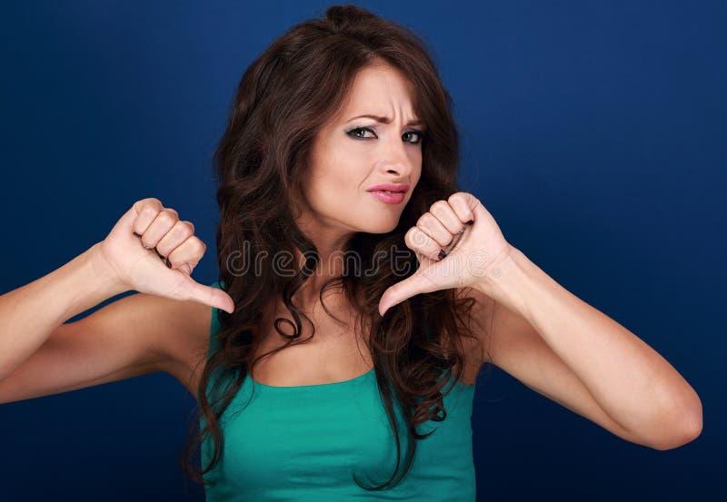 有长的卷发陈列废物的si美丽的做鬼脸的妇女 免版税库存图片