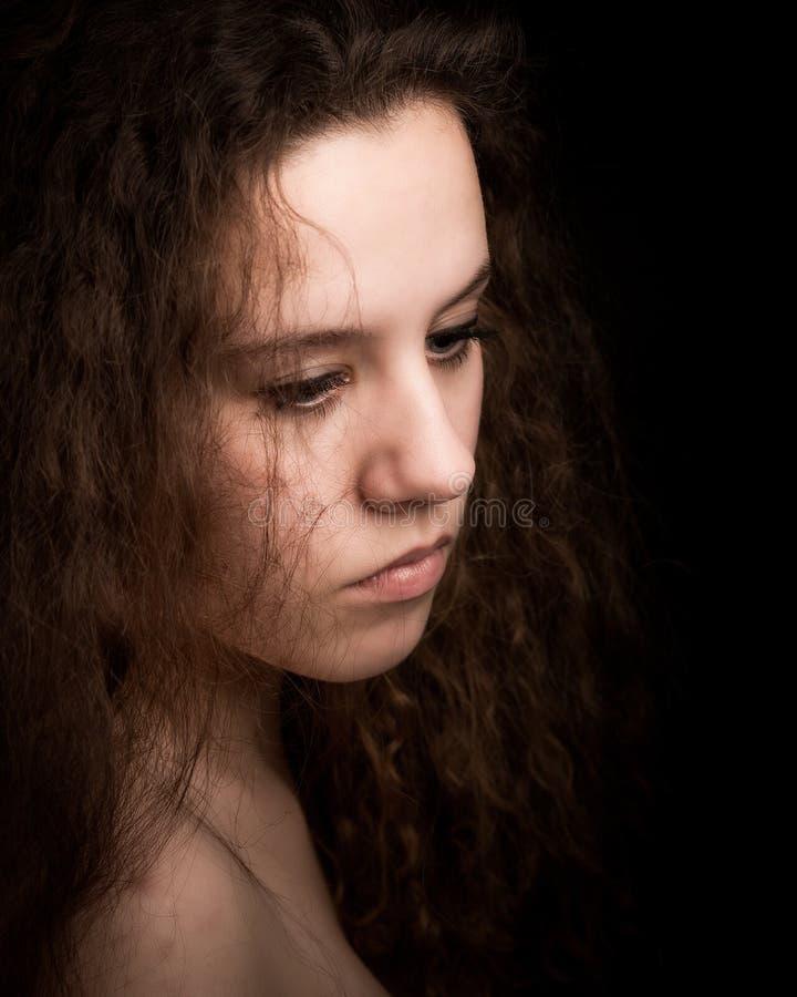 有长的卷曲姜头发的少年妇女 库存图片