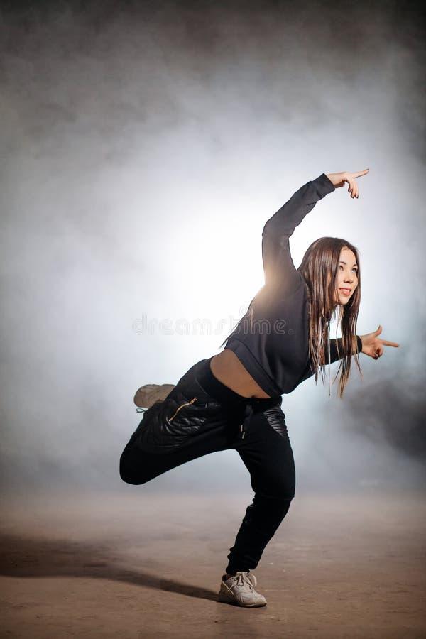 有长的头发的年轻女性实践在宽松clothers的Hip Hop 免版税库存照片