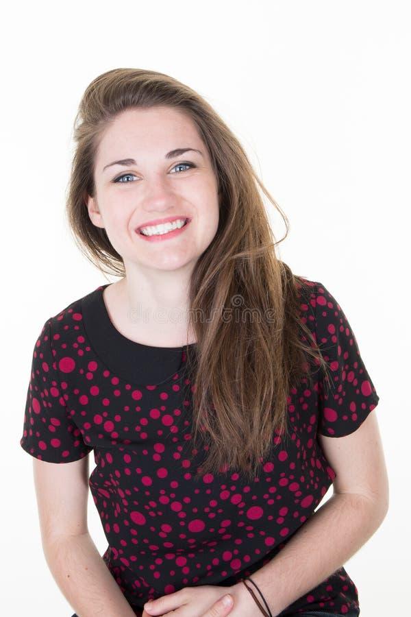有长的头发的微笑的快乐的女孩穿戴了随便神色满意地愉快在照相机 库存照片
