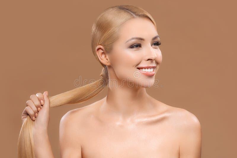有长的头发的微笑的赤裸白肤金发的美丽的妇女, 库存照片