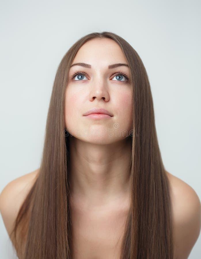 有长的头发的深色的女孩 图库摄影